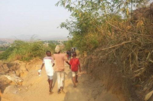 Article : A Kinshasa, des enfants font 2 kilomètres à pied pour suivre le Mondial